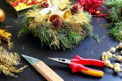 Garneringar för framställning av julkransen Arkivbilder