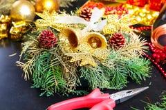 Garneringar för framställning av julkransen Royaltyfri Fotografi
