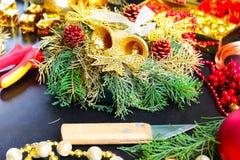 Garneringar för framställning av julkransen Royaltyfri Bild