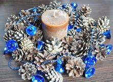 Garneringar för hem och kontor, klumpa ihop sig, pryder med pärlor, klockor, stearinljuset, kottar, krans royaltyfri foto
