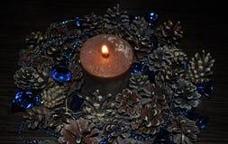 Garneringar för hem och kontor, klumpa ihop sig, pryder med pärlor, klockor, stearinljuset, kottar, krans royaltyfria foton