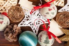 Garneringar för jul på träbakgrund Royaltyfri Fotografi