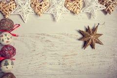 Garneringar för jul på vit träbakgrund Arkivfoto