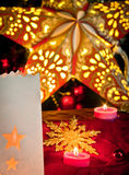 Garneringar för jul: stjärnor, ljus, stearinljus och bollar Arkivbilder