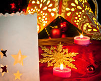 Garneringar för jul: stjärnor, ljus, stearinljus och bollar Royaltyfri Fotografi