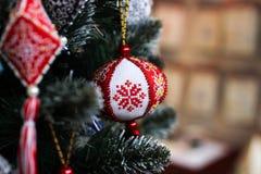 Garneringar för julgranen som broderas med ett kors i röda och vita signaler arkivbild