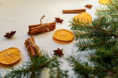 """Garneringar för nytt år med granfilialer och traditionella kryddor stjärnor för anis för för funderad vin†"""", kanelbruna pinnar Royaltyfri Fotografi"""