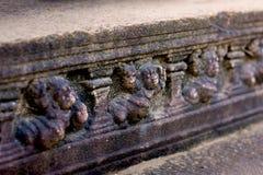 Garneringar för Polonnaruwa forntida stenvägg av buddistiska tempel Royaltyfria Bilder