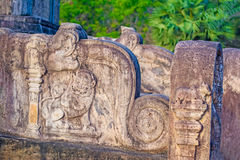 Garneringar för Polonnaruwa forntida stenvägg av buddistiska tempel Royaltyfria Foton