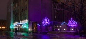 Garneringar för ` s för nytt år av staden Varje år Riga blir som en julsaga Arkivfoto