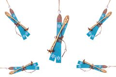 Garneringar för skidåkning för julisolerade träleksakberg Arkivfoto