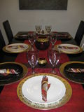 Garneringar för tabell för Christimas tabellinställning pläterar härlig röd guld Royaltyfria Bilder