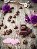 Garneringar för valentindag skyler över brister hjärtor, violets och chokladkaffe på lantlig träbakgrund Royaltyfria Bilder