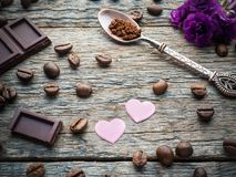 Garneringar för valentindag skyler över brister hjärtor, violets och chokladkaffe på lantlig träbakgrund Arkivfoton