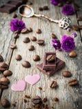 Garneringar för valentindag skyler över brister hjärtor, violets och chokladkaffe på lantlig träbakgrund Royaltyfria Foton