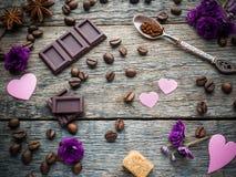 Garneringar för valentindag skyler över brister hjärtor, violets och chokladkaffe på lantlig träbakgrund Royaltyfri Fotografi