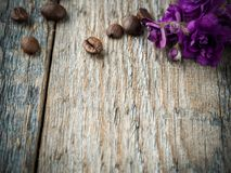 Garneringar för valentindagviolets och chokladkaffe på lantlig träbakgrund Royaltyfri Foto