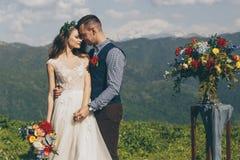 Garneringar för vita blommor under utomhus- bröllopceremoni arkivbilder