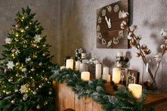Garneringar, julgranen, girlander och bollar för nytt år returnerar cosiness arkivfoton
