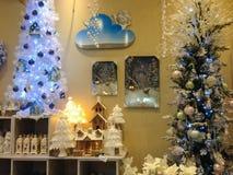 Garneringar och träd på jul shoppar Arkivfoto