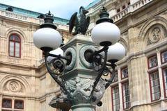 Garneringar på lampan framme av den Wien operan Royaltyfria Foton