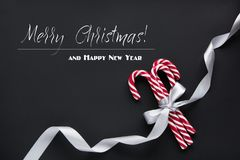 Garneringbakgrund för jul eller för nytt år Granträdfilialer, godis på svart bakgrund med kopieringsutrymme Top beskådar Royaltyfria Bilder