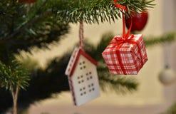 Garneringen av julgranen av rummet Arkivfoton