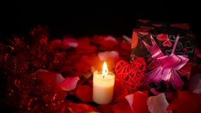 Garneringlängd i fot räknatvalentin med gåvaaskar, stearinljusbränning och roskronblad
