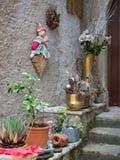 Garneringobjekt på en trappa framme av ett hus fotografering för bildbyråer