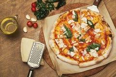 Garneringpizza på trätabellen Royaltyfri Bild