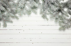 Garneringsammansättning för jul och för nytt år Den bästa sikten av päls-trädet förgrena sig på träbakgrund med stället för ditt royaltyfri foto