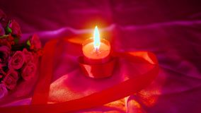 Garneringvalentin med blommabuketten, stearinljusbränning och gåvaaskar