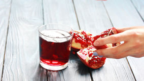 Garnet granatowa sok w szkło na drewnianym stole zbiory wideo