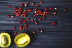 Garnet i kiwi owoc na stole zdrowa żywność Pożytecznie owoc Fotografia Stock