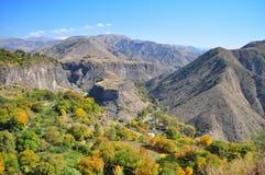 Garni Armenia, Października 2016 jesieni widok wzgórze w postaci stołu otaczającego górami blisko Garni świątyni - Zdjęcia Stock