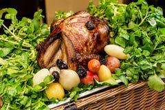 Garnished烤了在盛肉盘的火鸡大理石表面上 图库摄影