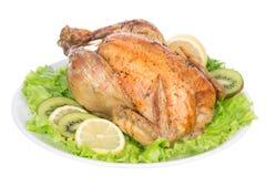 Garnished asó el pollo de la acción de gracias en una placa adornada con Imagen de archivo libre de regalías