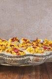 Garnished deviled ovos, bandeja, placa de corte Imagem de Stock Royalty Free