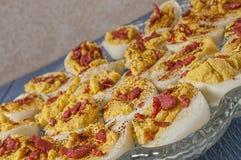 Garnished deviled ovos, bandeja, tabela Imagem de Stock Royalty Free