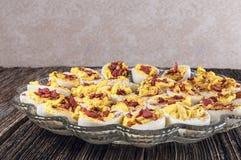 Garnished deviled ovos, bandeja, tabela Foto de Stock Royalty Free