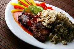 Garnissez avec de la viande et le riz frits Photo libre de droits