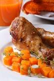 Garnissez avec le potiron, les jambes de poulet et le jus, verticaux photos stock