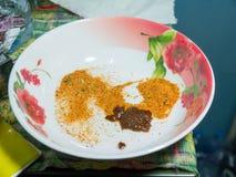 Garnissez dans l'attente de cuvette la cuisson de nouille instantanée photo stock
