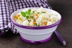 Garnissez le riz avec de divers légumes images libres de droits