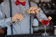 Garniture du verre de cocktail Image stock