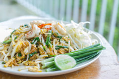 Garniture thaïlandaise de nourriture thaïlandaise, nouilles de friture de Stir avec la crevette image stock