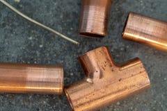 Garnitures de cuivre avec un brin de sodder images stock