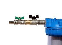 Garnitures et mamelon nickelés sur le filtre d'eau d'isolement Photographie stock libre de droits