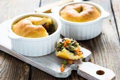 Garnka kulebiak w ramekin z warzywami obrazy royalty free