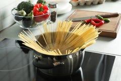garnka kulinarny spaghetti obraz stock